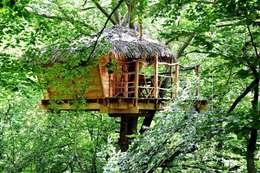 """Cabane du """"Berceau"""": Balcon, Veranda & Terrasse de style de style Rustique par Les cabanes de Fontaine"""