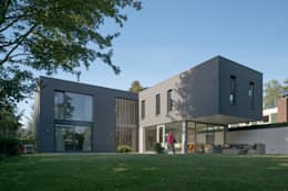 Zicht vanuit achtertuin: moderne Huizen door Architect2GO