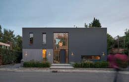 Voorzijde woonhuis met entrée: moderne Huizen door Architect2GO