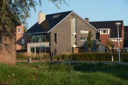 Streetview: moderne Huizen door Architect2GO