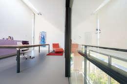 Werkkamer: minimalistische Studeerkamer/kantoor door Architect2GO
