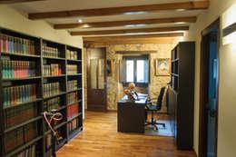 Rehabilitación en Laracha: Estudios y despachos de estilo rural de Intra Arquitectos
