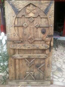 Puertas y ventanas de estilo colonial por Ado Concept