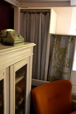 Telefono vintage: Camera da letto in stile in stile Eclettico di Restyling Mobili di Raddi Federica