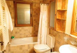 Patagonia Log Homes: kırsal tarz tarz Banyo