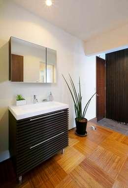 個室のように用いるためのパウダールーム: Tagu Design Studio 株式会社が手掛けた浴室です。