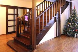 Vestíbulos, pasillos y escaleras de estilo  por Lesomodul