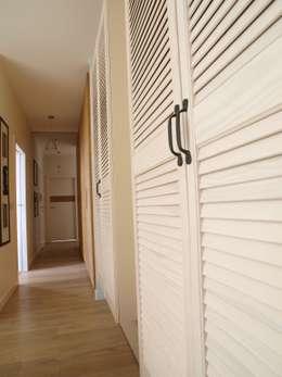 Apartament z widokiem: styl , w kategorii Korytarz, przedpokój zaprojektowany przez KARBONADO