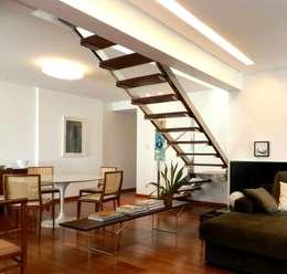 سلالم وأروقة  تنفيذ Escritório de Arquitetura e Interiores Janete Chaoui