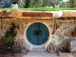 TANIERE DE BILBO LE HOBBIT à FLAYOSC (var) : Fenêtres & Portes de style de style eclectique par Cabanes du Varon