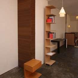 Spriet boekenkast: minimalistische Eetkamer door Bloooms