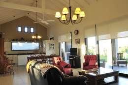 Salas de estar campestres por Parrado Arquitectura