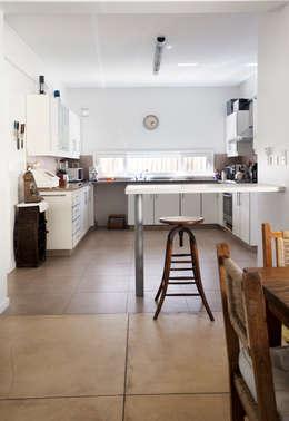 Cocina abierta al family: Cocinas de estilo minimalista por Estudio Claria