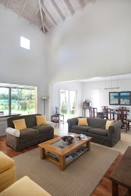 Espacios amplios: Livings de estilo minimalista por Estudio Claria