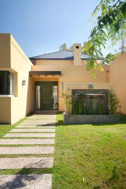 Fuente y acceso: Casas de estilo minimalista por Estudio Claria