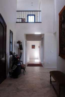 hall  en doble Altura.: Pasillos y recibidores de estilo  por Parrado Arquitectura