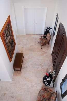 DOBLE ALTURA: Pasillos y recibidores de estilo  por Parrado Arquitectura