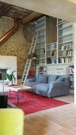 Salas / recibidores de estilo rústico por Marcello Gavioli