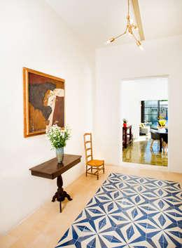 Casa FS55: Pasillos y recibidores de estilo  por Taller Estilo Arquitectura