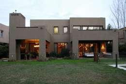 CONTRAFRENTE: Casas de estilo moderno por Parrado Arquitectura
