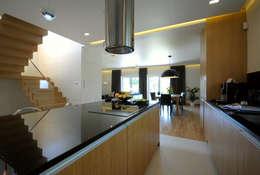 Projekt wnętrza domu w Łodzi 160mkw.: styl , w kategorii Kuchnia zaprojektowany przez Piotr Stolarek Projektowanie Wnętrz