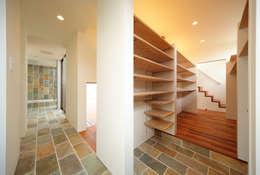 haus-vila: 一級建築士事務所hausが手掛けた玄関・廊下・階段です。