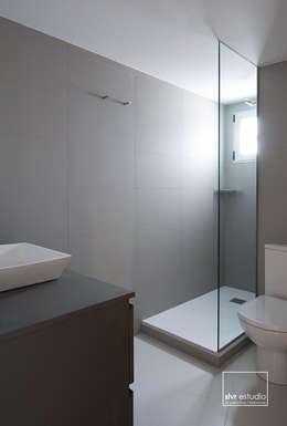 Baños de estilo minimalista por slvr estudio