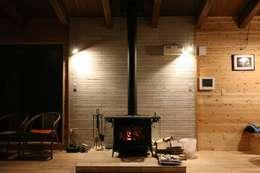 غرفة المعيشة تنفيذ 一級建築士事務所 クレアシオン・アーキテクツ