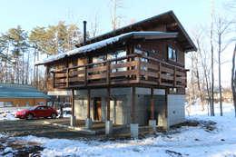 自然素材を贅沢に使った外観: 一級建築士事務所 クレアシオン・アーキテクツが手掛けた家です。