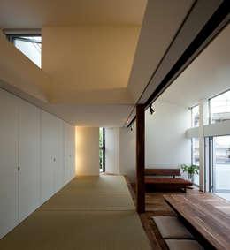 広間: 岩瀬隆広建築設計が手掛けたリビングです。