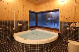 自然を感じる大浴室: 一級建築士事務所 クレアシオン・アーキテクツが手掛けた浴室です。