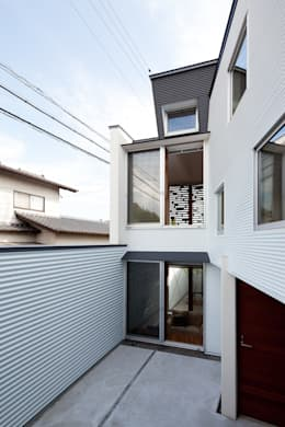 エントランステラス(南側方向): 岩瀬隆広建築設計が手掛けたベランダです。