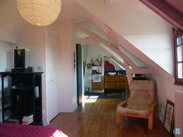 couloir distribuant chambre, dressing et salle de bain : Chambre de style de style Classique par Batbau'bio