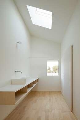 3つの屋根 / Triple Roof: 市原忍建築設計事務所 / Shinobu Ichihara Architectsが手掛けた浴室です。