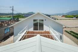 3つの屋根 / Triple Roof: 市原忍建築設計事務所 / Shinobu Ichihara Architectsが手掛けたベランダです。