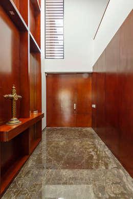 Casa Manantiales: Pasillos y recibidores de estilo  por Enrique Cabrera Arquitecto