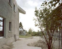Projekty, minimalistyczne Domy zaprojektowane przez Brandlhuber+ Emde, Schneider