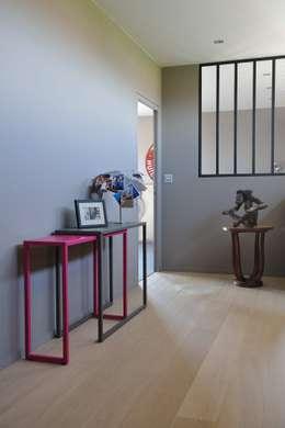 Console coulissante: Couloir, entrée, escaliers de style de style Moderne par Mon Entrée Design.com