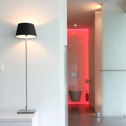 Zicht vanuit de slaapkamer naar de badkamer: minimalistische Badkamer door Lab32 architecten