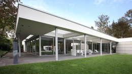 Tuingevel overdekt terras: moderne Huizen door Lab32 architecten
