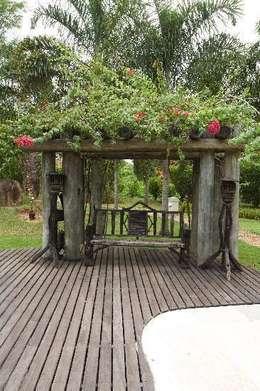 Residenciais: Jardins rústicos por Roncato Paisagismo e Comércio de Plantas Ltda