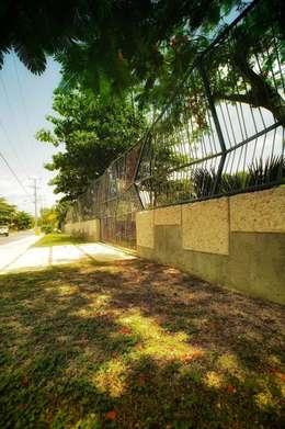 Barda, entrada principal: Casas de estilo rústico por sanzpont [arquitectura]