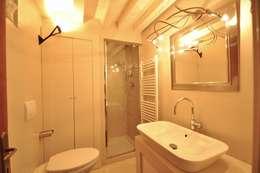 浴室 by GUALLA IMMOBILI di FIORAVANZO Paola