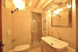 Baños de estilo moderno de GUALLA IMMOBILI di FIORAVANZO Paola