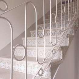 Scala interna: Ingresso, Corridoio & Scale in stile in stile Mediterraneo di Le3a architetti