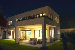 Projekty, minimalistyczne Domy zaprojektowane przez room architecture