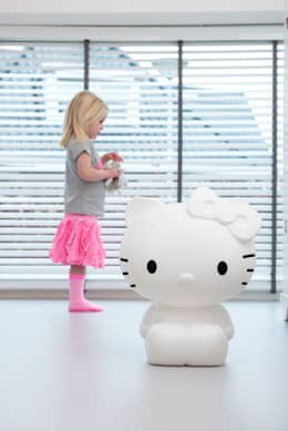 Figuurlamp in de kinderkamer: moderne Kinderkamer door Girlslabel