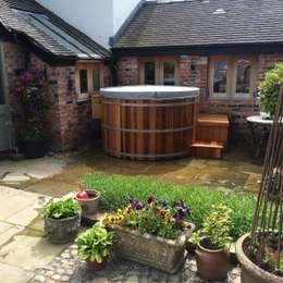 Spa de estilo mediterraneo por Cedar Hot Tubs UK