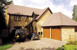 Garajes de estilo escandinavo por The Garage Door Centre Limited