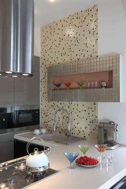Загородный дом в стиле минимализм: Кухни в . Автор – Дизайн-студия Евгении Ансимовой 'AeHome'